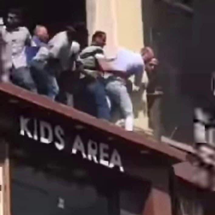فيديو قاس بمصر .. حاولت النجاة من الموت حرقا فسقطت من الطابق الثالث
