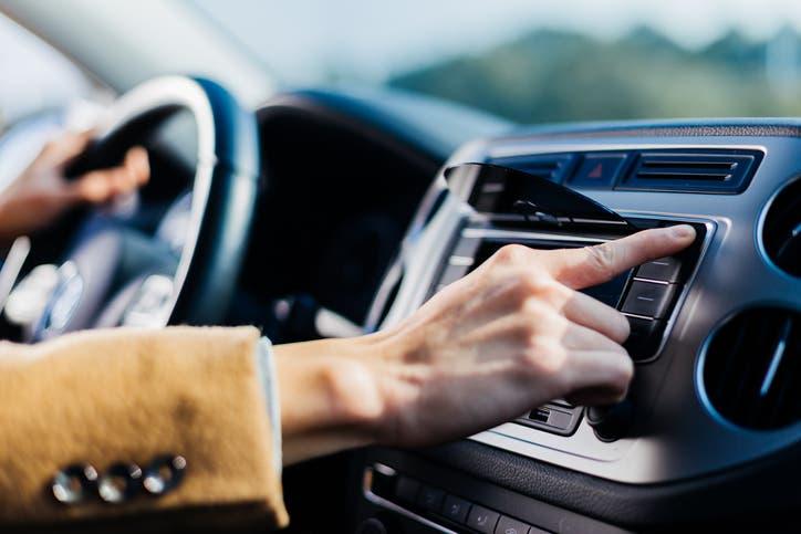 القيادة والاستماع للموسيقى (آيستوك)