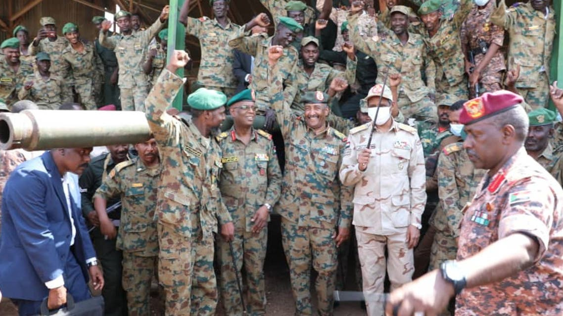 البرهان في مركز سلاح المدرعات بعد محاولة الانقلاب الفاشل