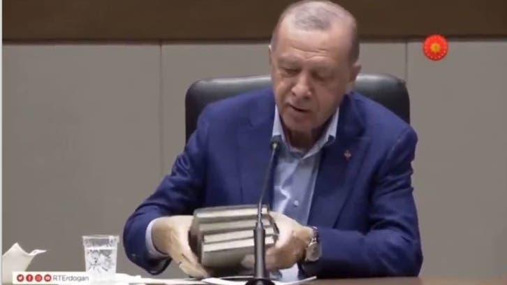 أردوغان يرتبك بكتابه.. فيديو يخلق جدلاً واسعاً