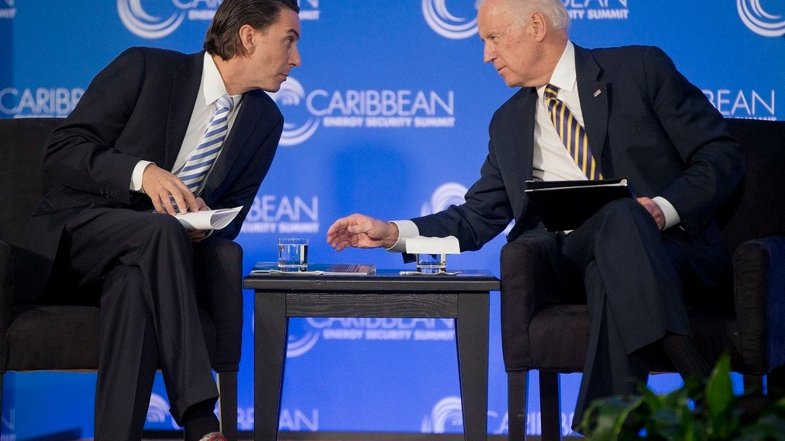 Then-VP Joe Biden leans over to talk with Amos Hochstein, former State Department Special Envoy for International Energy Affairs, Jan. 26, 2015. (File Photo: AP)