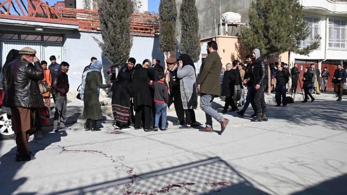 أقارب أحد الضحايا أمام محكمة في كابل (فرانس برس)