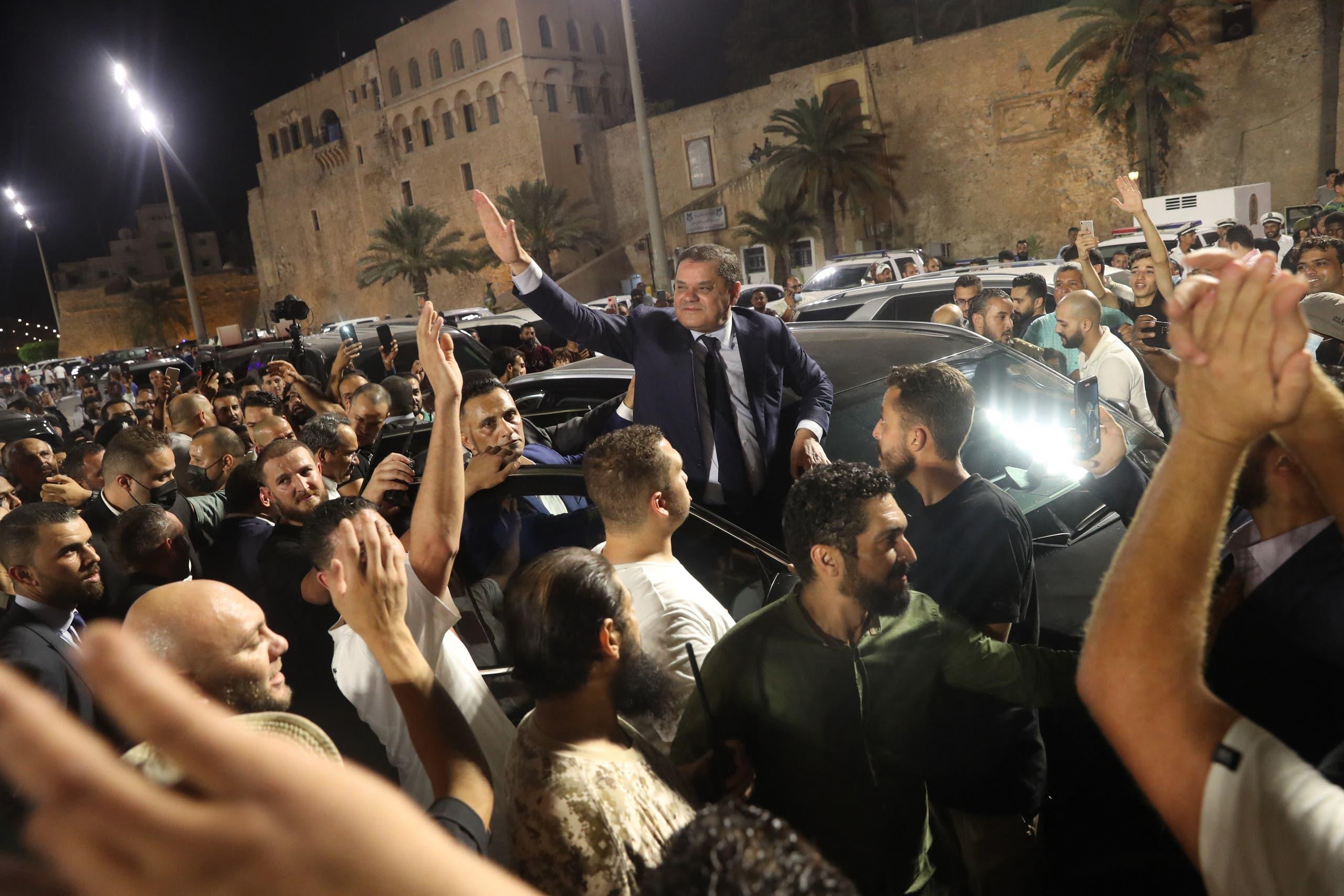 عبد الحميد الدبيبة بين المتظاهرين الذين تداعوا أمس الثلاثاء لمساندته بعد قرار سحب الثقة من حكومته (أرشيفية- فرانس برس)