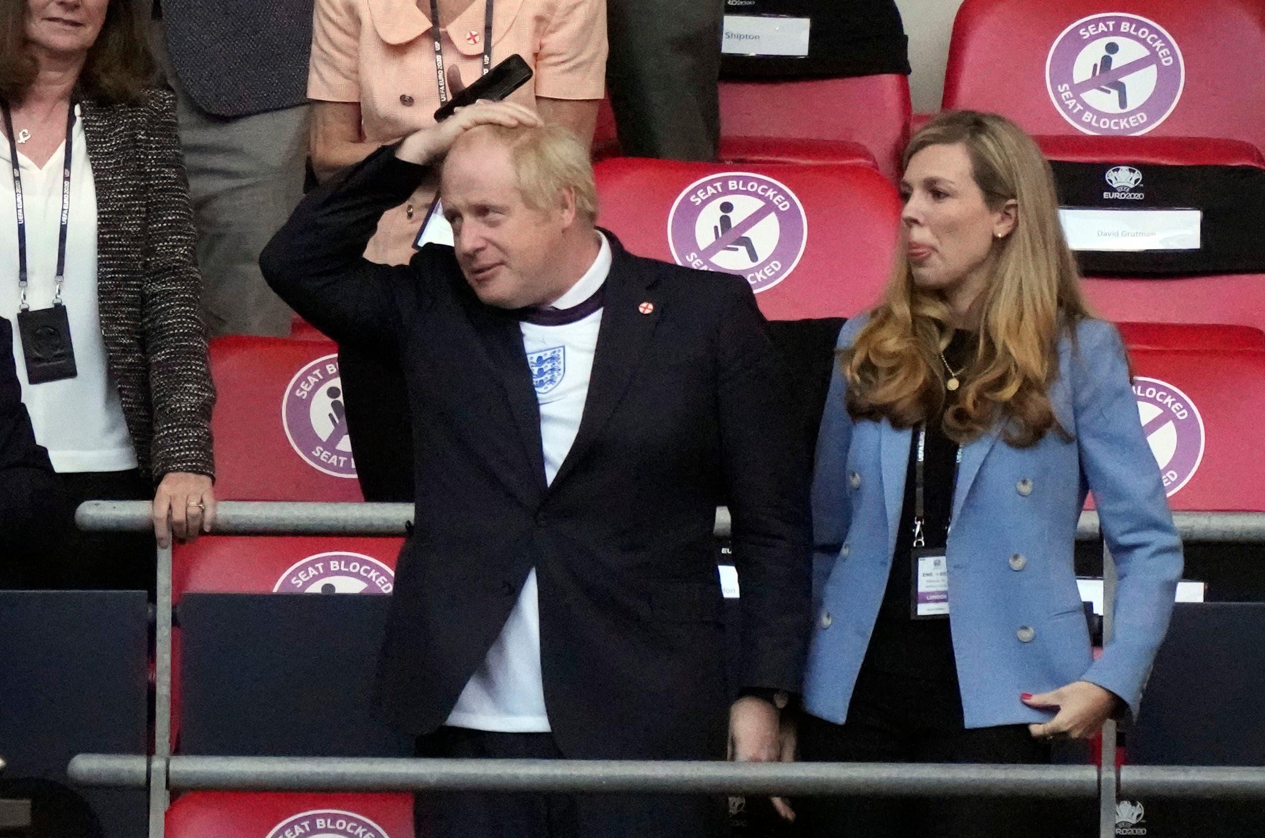 جونسون برفقة زوجته كاري (رويترز)
