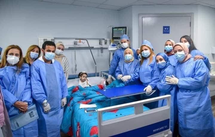 الطفلة ليال أثناء تلقيها العلاج