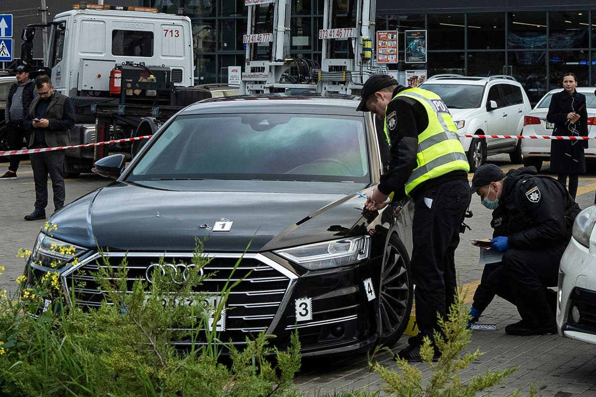 AP_2Police officers collect evidence near the car of of Serhiy Shefir, first assistant to President Volodymyr Zelenskyy, near Kyiv, Ukraine, on Sept. 22, 2021. (AP)1265464117860