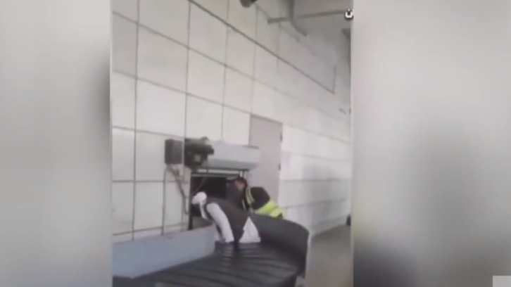 فيديو طريف لعنصر من طالبان يلعب على