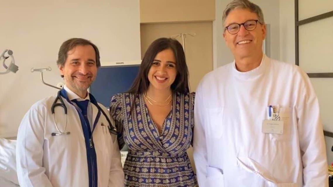 ياسمين عبد العزيز  بصحبة اثنين من الأطباء اللذين كانا يعالجانها في سويسرا