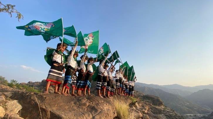 طلاب يحتفون باليوم الوطني السعودي.. من على قمة جبل