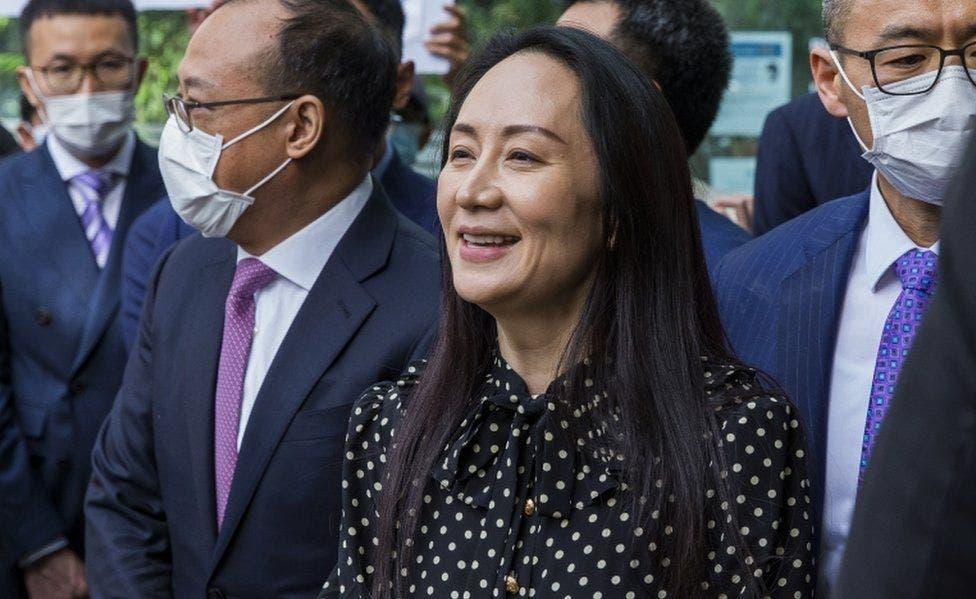 منغ تغادر المحكمة عقب إطلاق سراحها