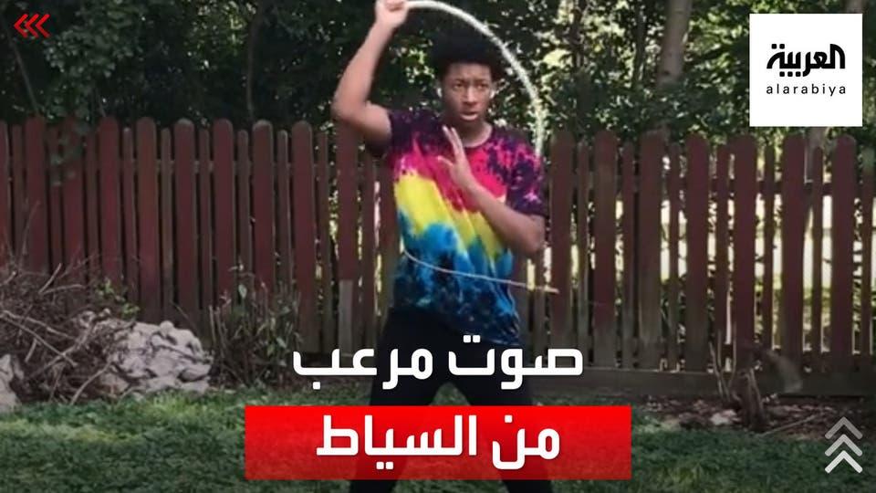 شاب أميركي يشارك قدراته في اللعب بالسوط وإصدار أصوات تكسير مرعبة
