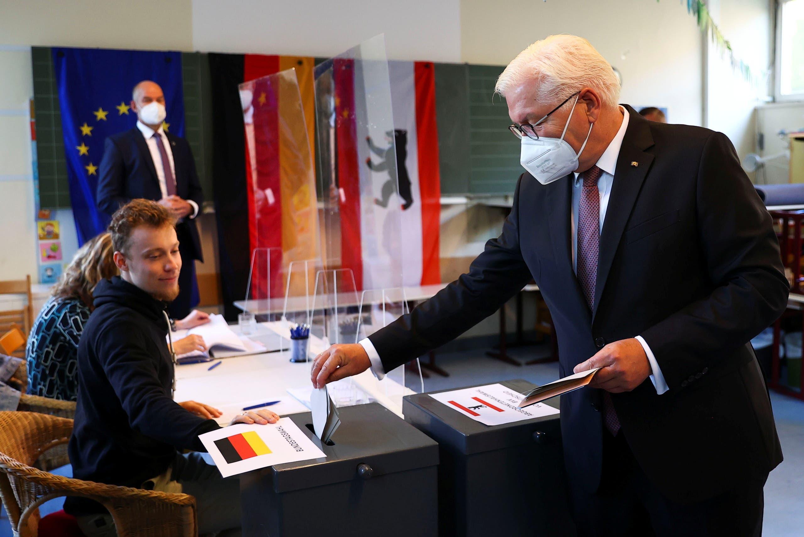 الرئيس الألماني فرانك والتر يدلي بصوته (رويترز)