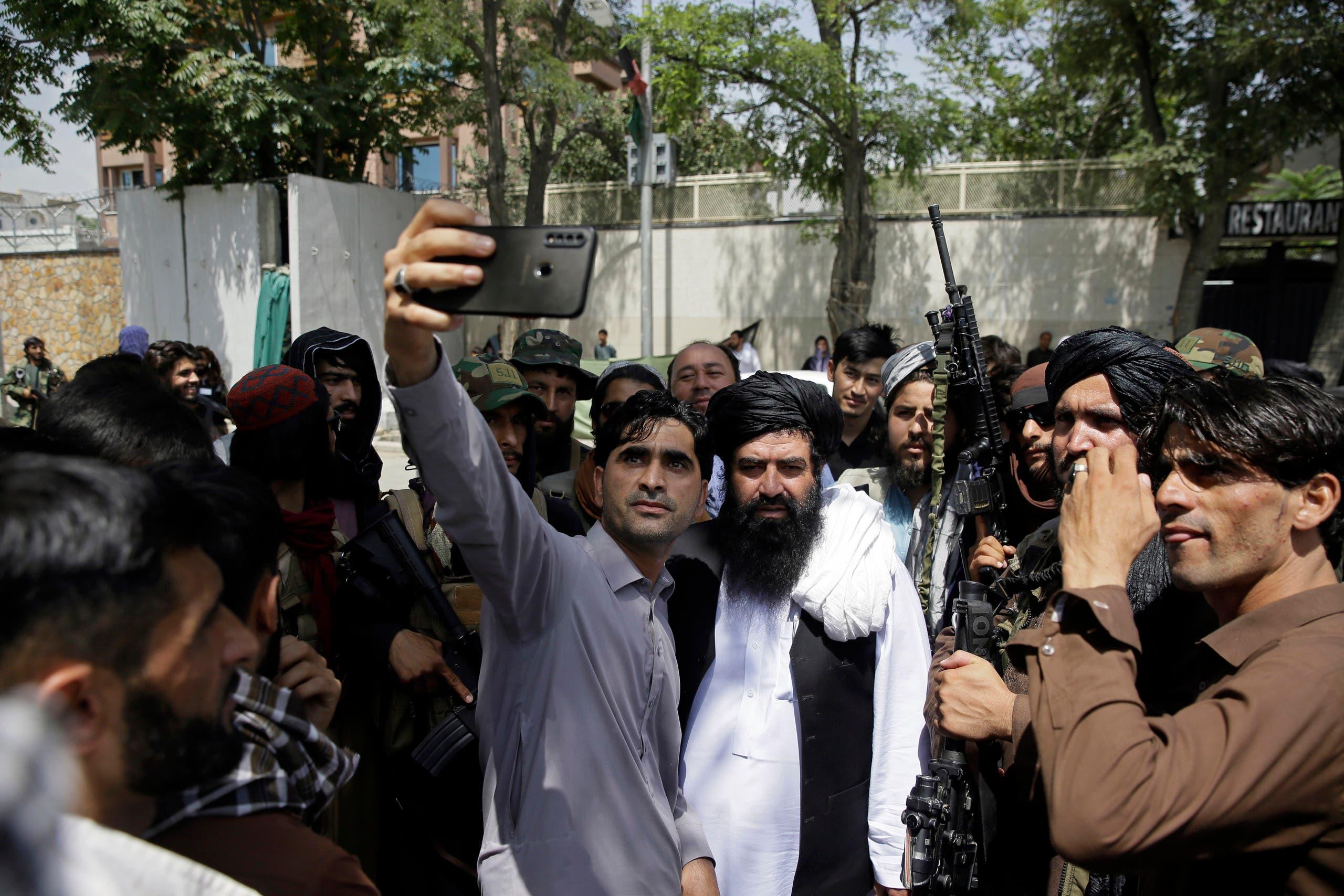 سيلفي مع أحد عناصر طالبان (أرشيفية- أسوشييتد برس)