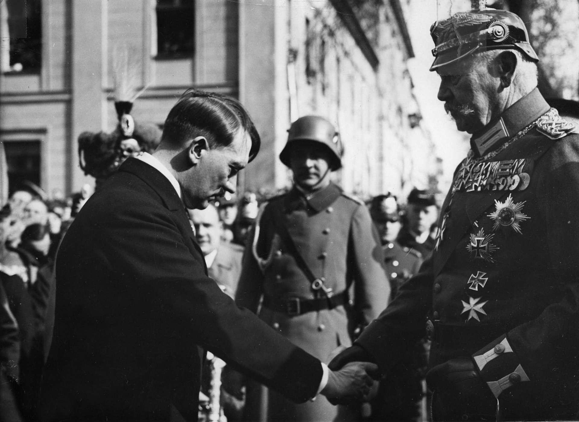 صورة تجمع بين هيندنبورغ وهتلر
