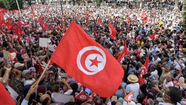 احتقان في تونس..مناوشة بين مؤيدي إجراءات سعيد ومعارضيها