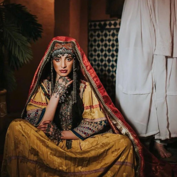 لا تلمس ثيابي.. حملة نسائية بصور ملونة ضد قمع طالبان