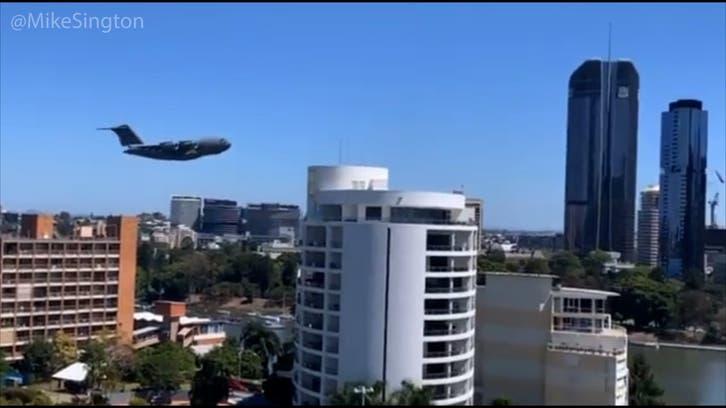آسٹریلیا:برسبین میں فلک بوس عمارتوں کے درمیان کارگوجہاز نے9/11 حملوں کی یادتازہ کردی