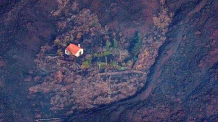 فيديو غريب للبيت المعجزة.. صمد وحيدا أمام حمم البركان
