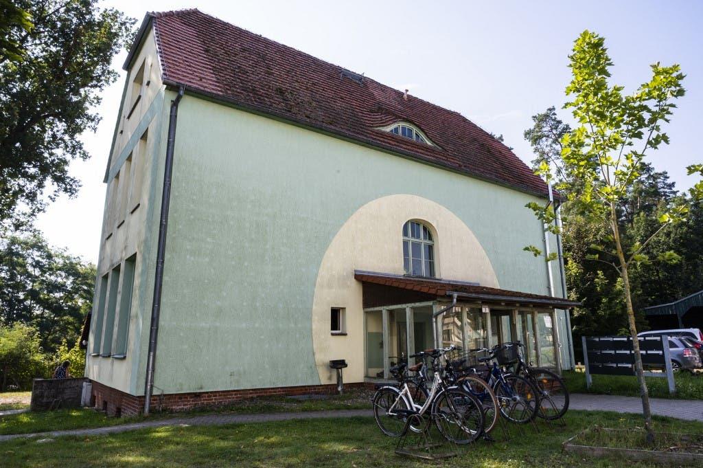 البيت الذي كبرت فيه ميركل وهي طفلة (فرانس برس)