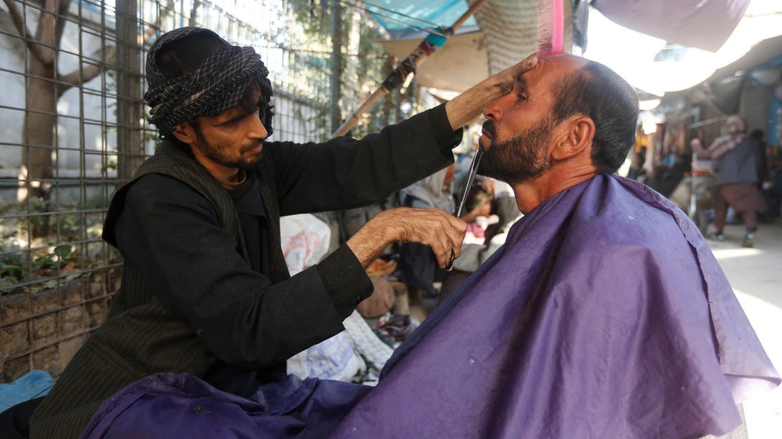 An Afghan man gets his beard trimmed at a street barber shop in Kabul, Afghanistan October 11, 2017. (File photo: Reuters)