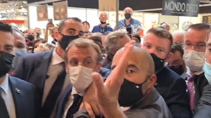 شاهد.. بيضة تستهدف وجه الرئيس الفرنسي في ليون