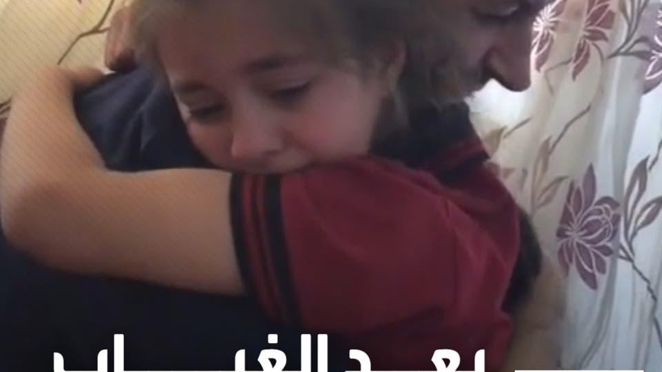 عناق مؤثر بين طفله أردنية وأبيها بعد غياب عام كامل