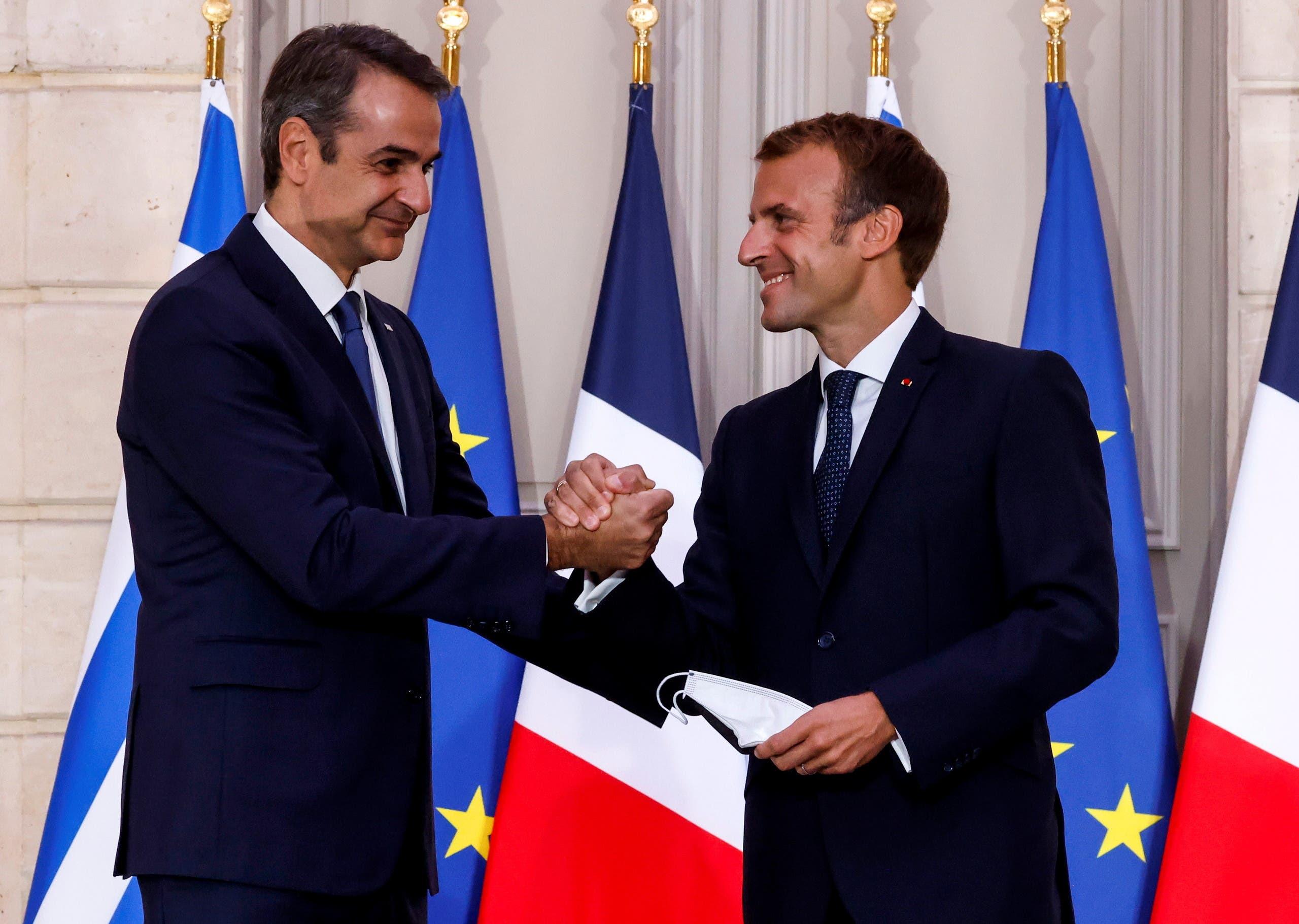 الرئيس الفرنسي إيمانويل ماكرون مع رئيس الوزراء اليوناني كيرياكوس ميتسوتاكيس