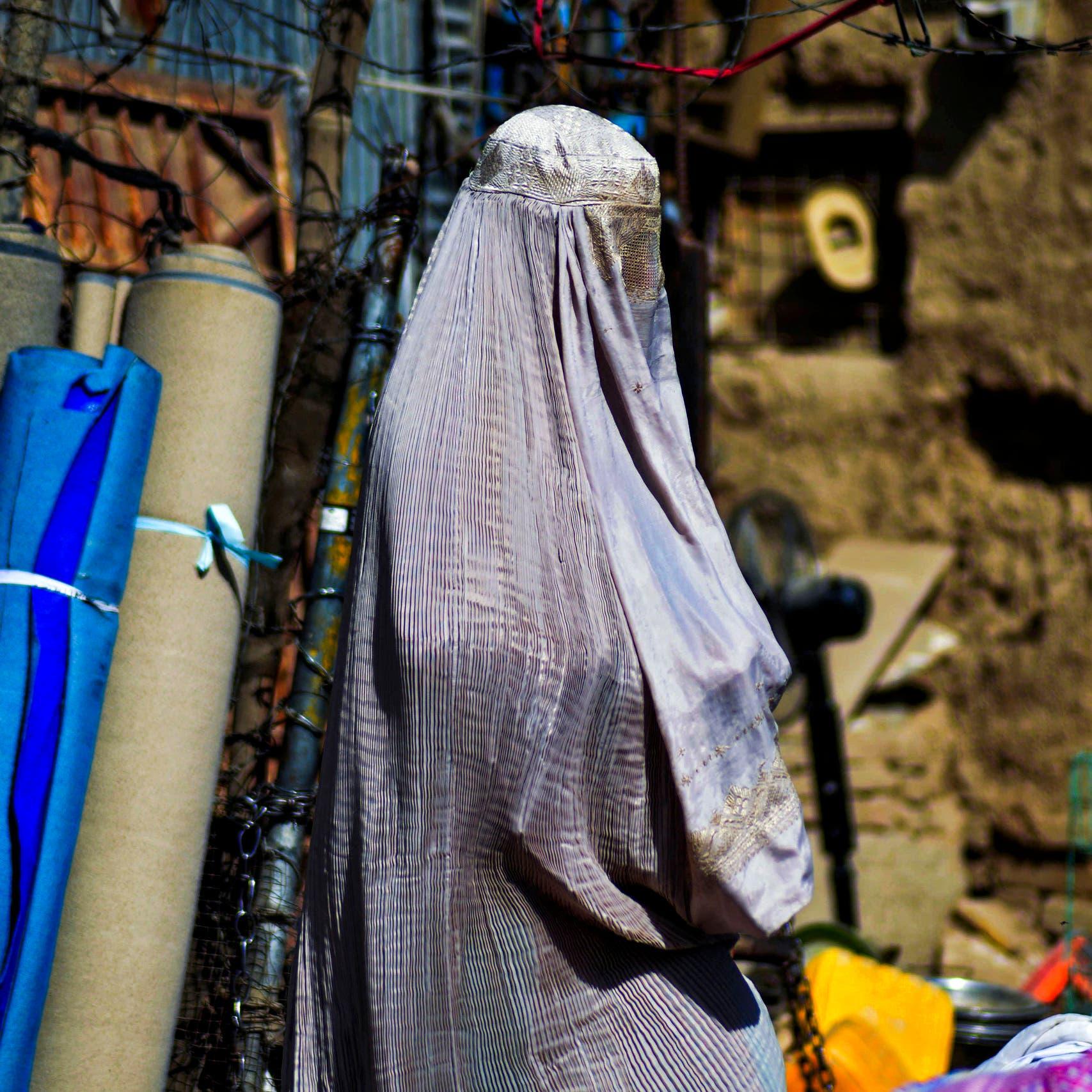 طالبان توافق على عمل النساء مع منظمة خيرية.. لكن ليس حالاً