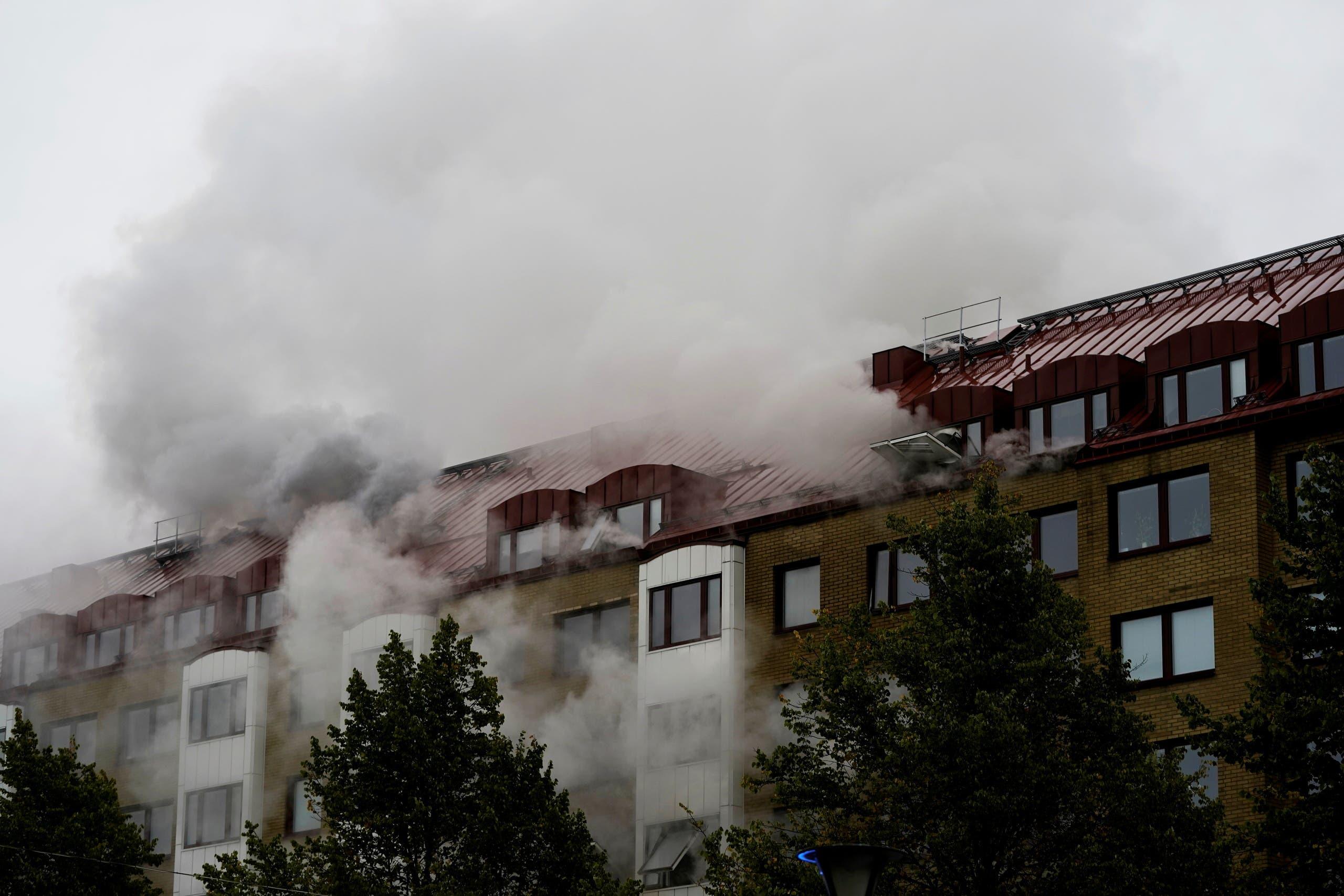 الدخان يتصاعد من المبنى