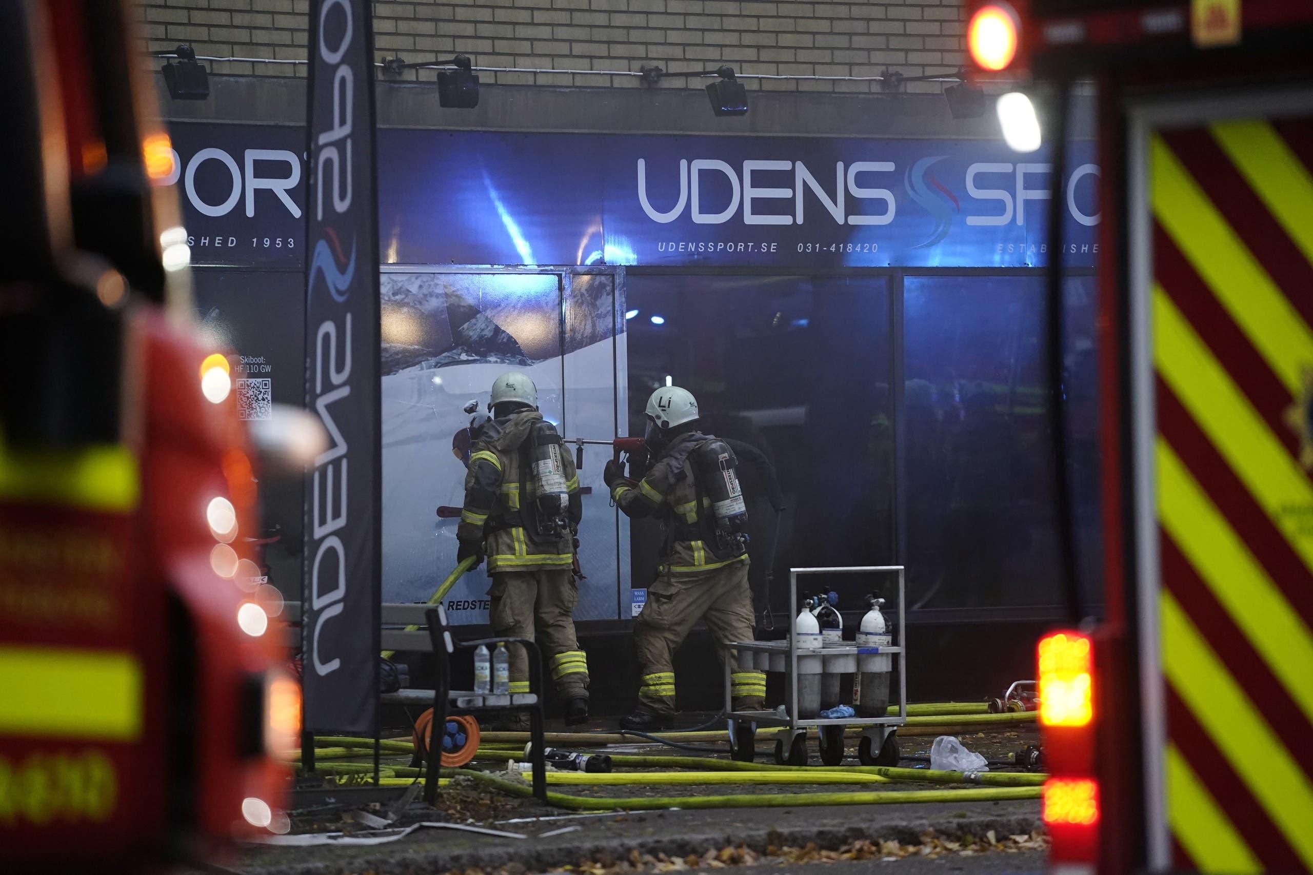 فرق الإطفاء والإنقاذ في مكان الانفجار في السويد