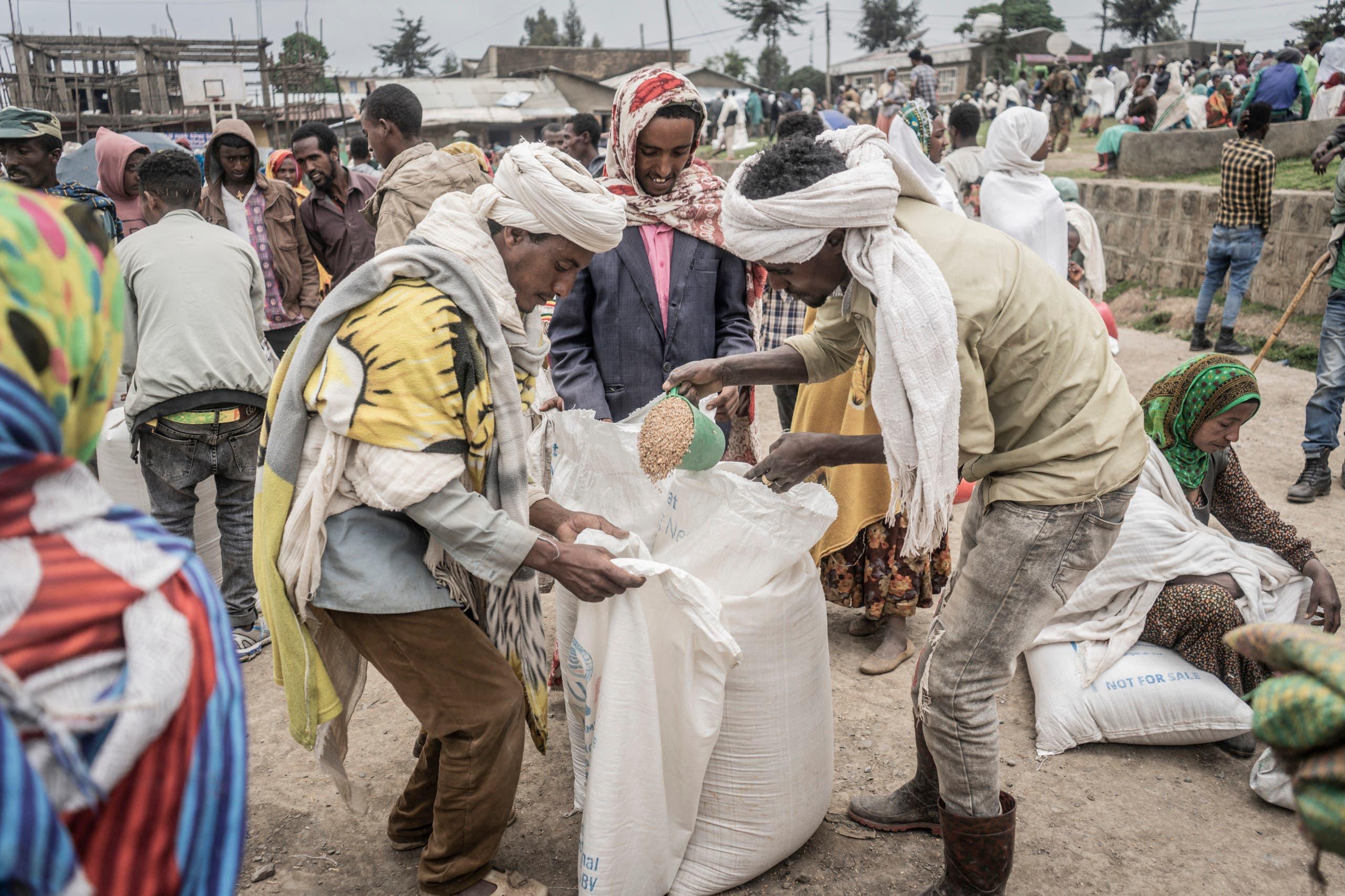 توزيع مساعدات غذائية على النازحين بسبب القتال في اثيوبيا