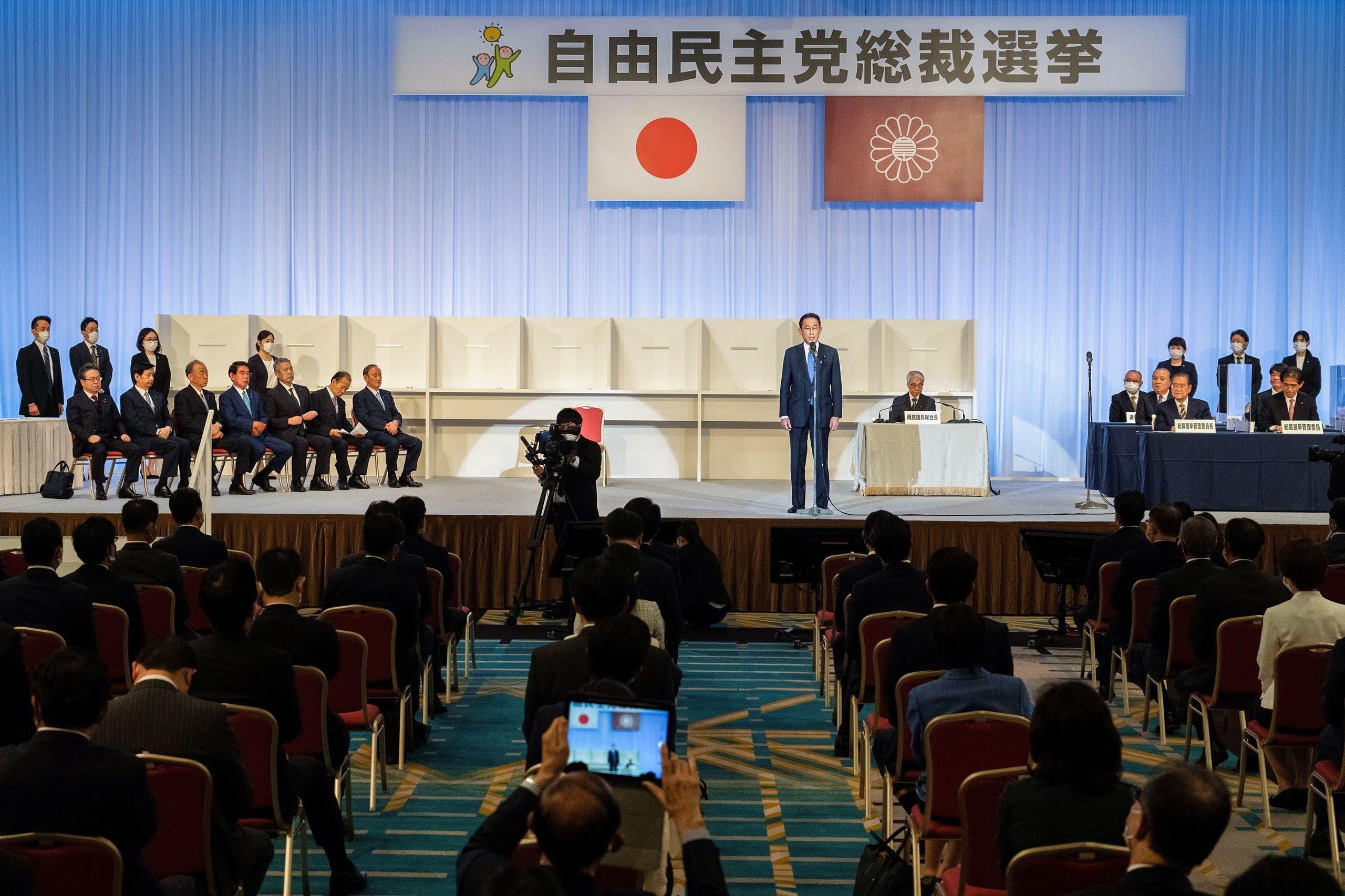 فوميو كيشيدا يلقي كلمة بعد إعلان فوزه برئاسة الحزب