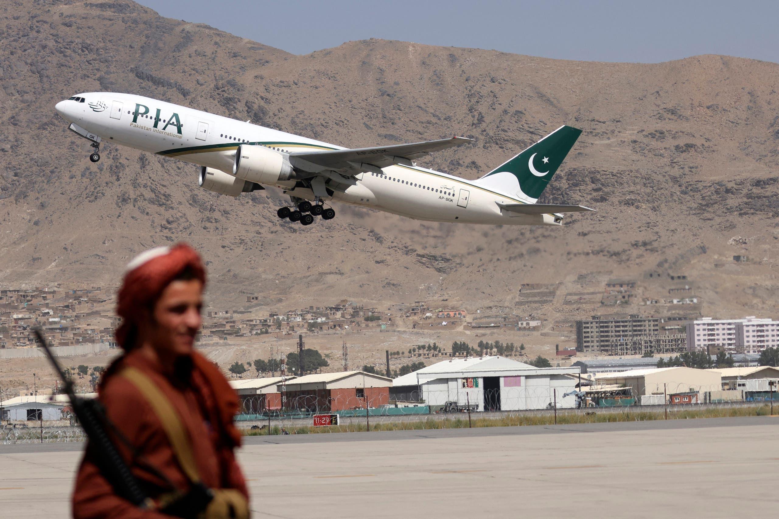 عنصر من طالبان في مطار كابل