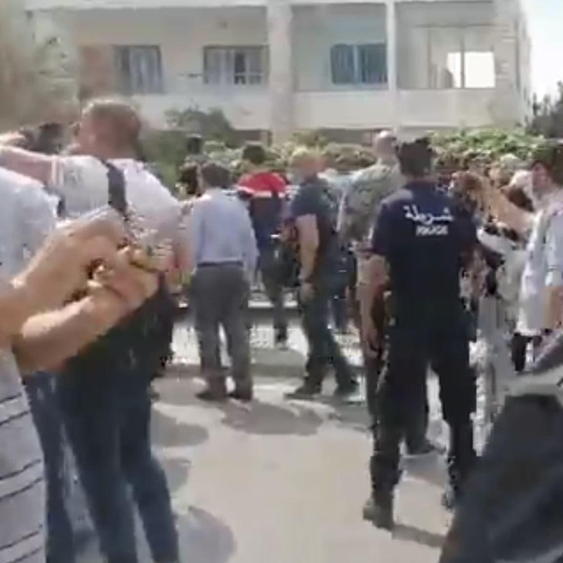 شاهد.. مواطنون يطردون نواب النهضة من محيط برلمان تونس