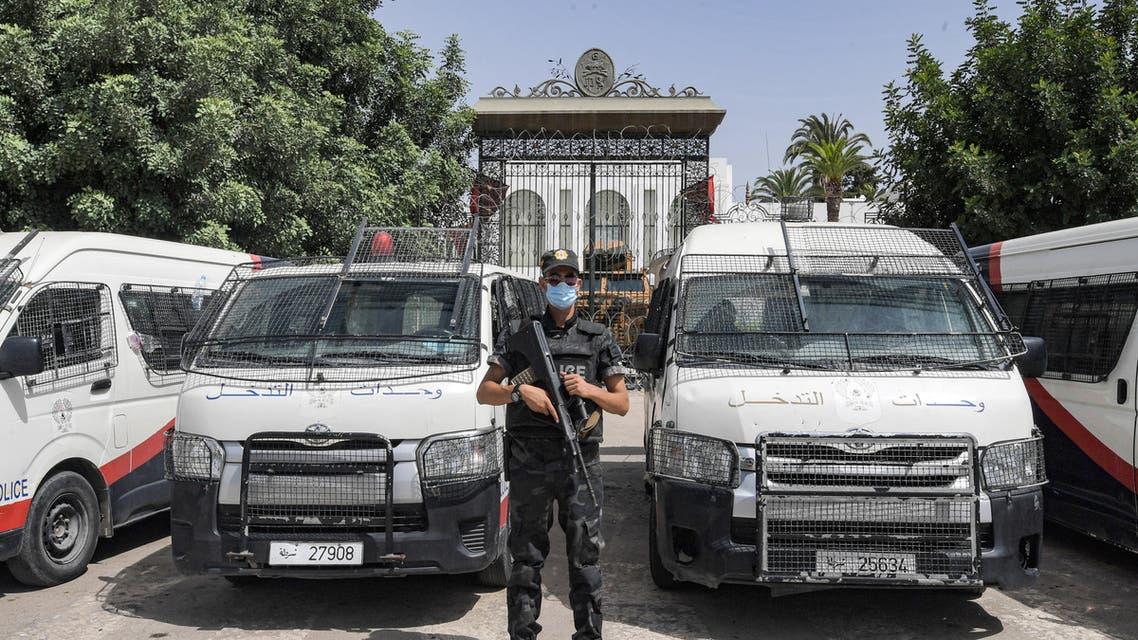 من أمام مبنى البرلمان في تونس (أرشيفية- فرانس برس)