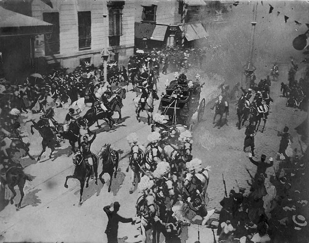 صورة فوتوغرافية للحظة وقوع الإنفجار الذي استهدف الملك