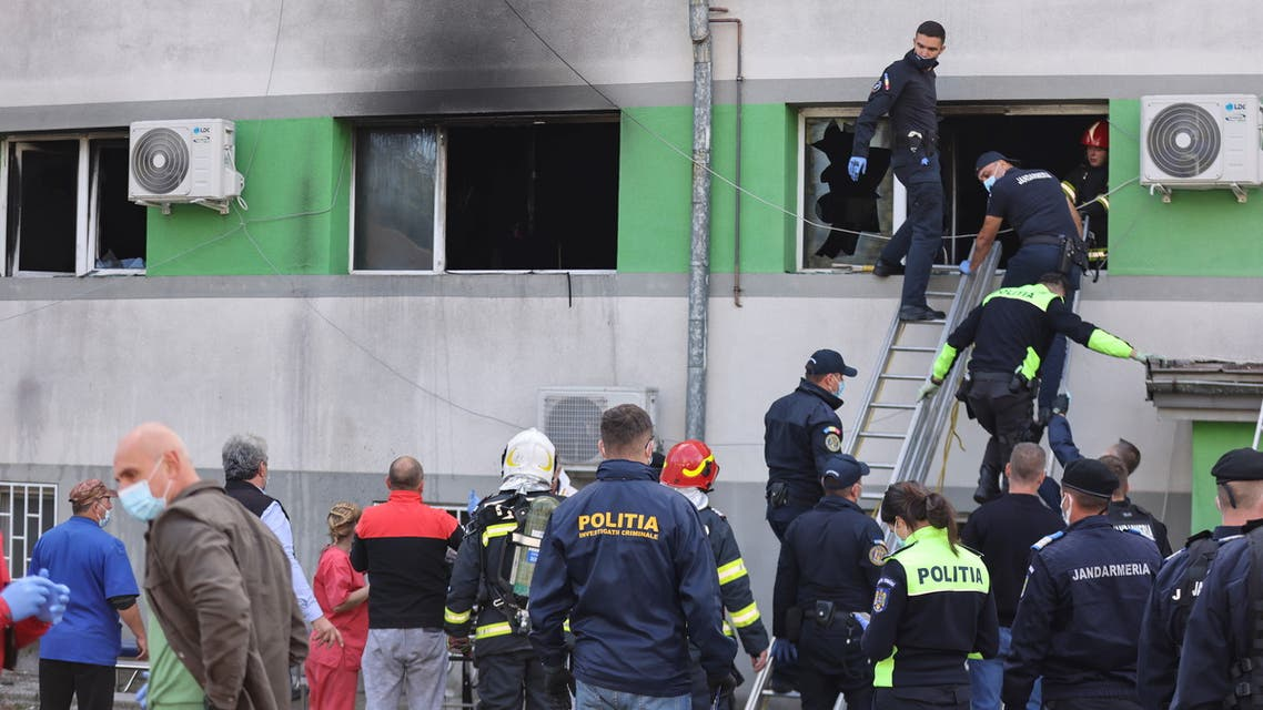 Emergency personnel assist the people evacuated after a fire broke out at the intensive care unit of a COVID-19 hospital in Constanta, Romania, October 1, 2021.. (File photo: Reuters)
