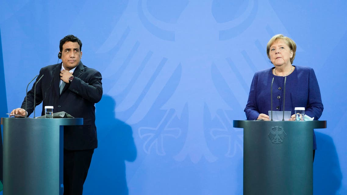 المستشارة الألمانية أنجيلا ميركل ورئيس المجلس الرئاسي الليبي محمد المنفي خلال مؤتمر صحفي في برلين(فرانس برس)