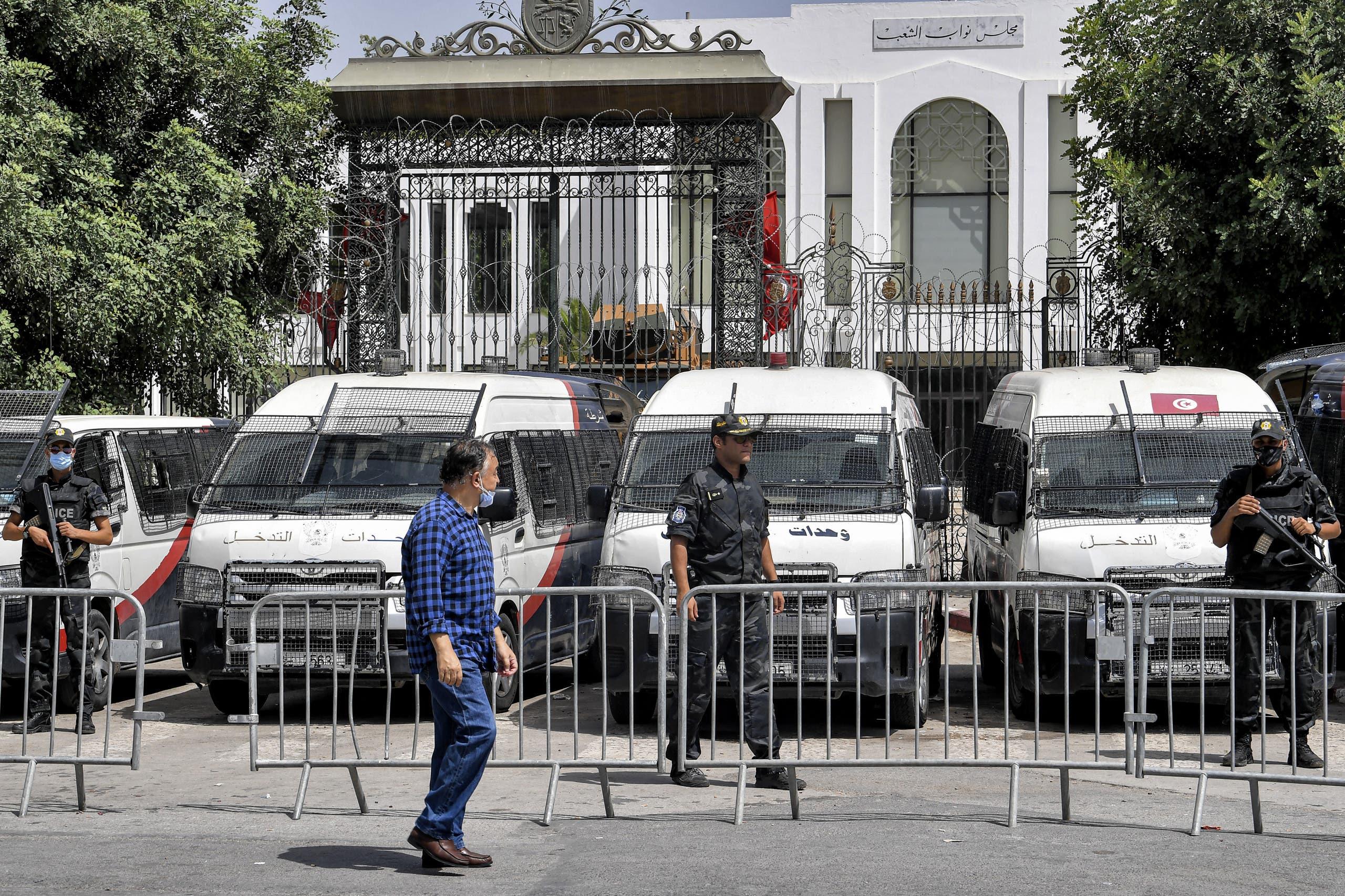 من أمام مبنى البرلمان التونسي(أرشيفية- فرانس برس)