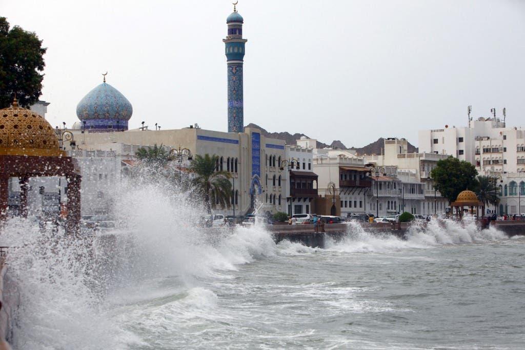 من العاصمة العمانية مسقط - ارتفاع أمواج البحر بسبب العاصفة شاهين