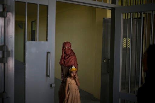 نساء وأطفال في أحد سجون كابل (أ ب)