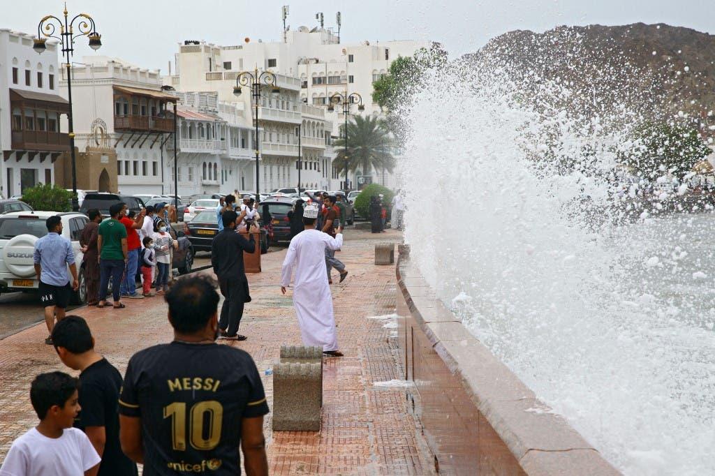 ارتفاع أمواج البحر في مسقط بسبب الإعصار شاهين