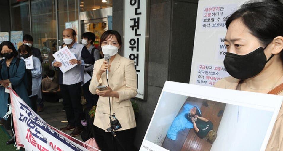 كوريون حملوا صورته واحتجوا أمام مركز هواسونغ للاجئين