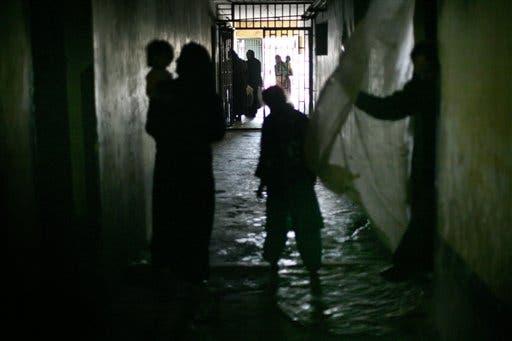 نساء وأطفال في أحد ملاجئ كابل (أ ب)