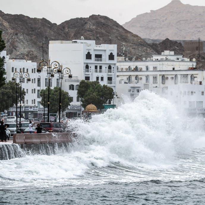 مشهد مخيف لاجتياح السيول المناطق السكنية في مسقط