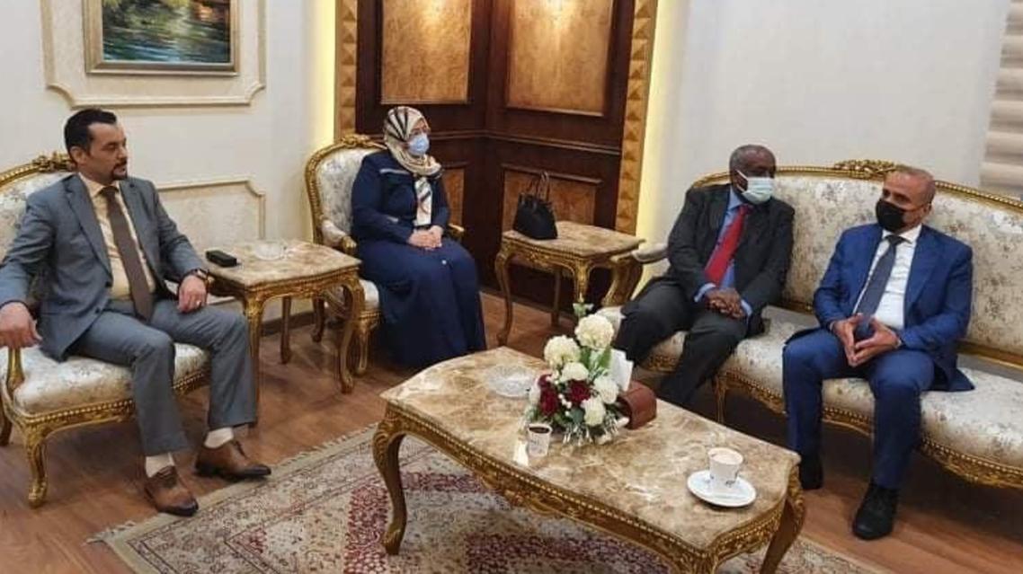 عبد الله اللافي نائب رئيس المجلس الرئاسي الليبي في مقر سفارة بلاده فور وصوله إلى القاهرة