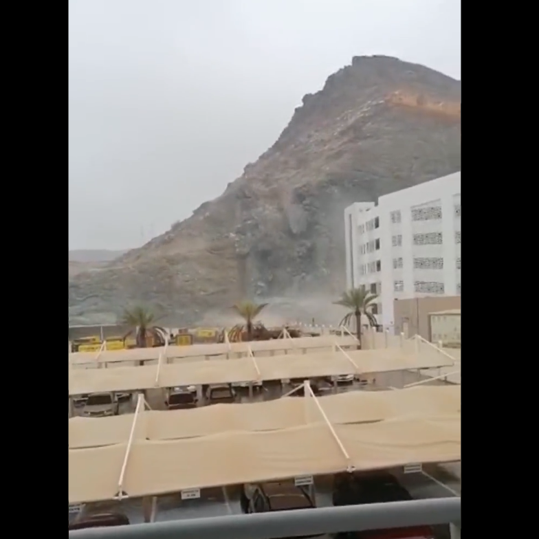 شاهد.. الإعصار شاهين يتسبب بانهيار جبل على سكن عمالي بمسقط