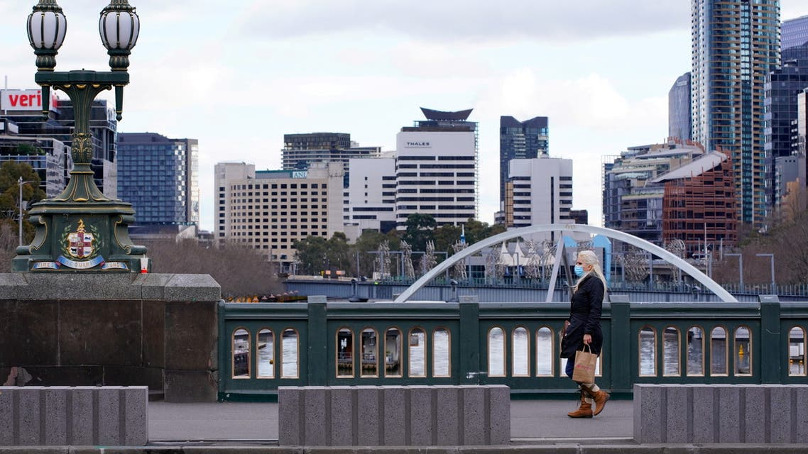A lone woman, wearing a protective face mask, walks across a city centre bridge as the state of Victoria looks to curb the spread of a coronavirus disease (COVID-19) outbreak in Melbourne, Australia, July 16, 2021. (File photo: Reuters)