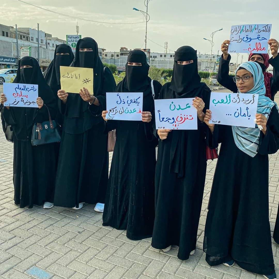 صرخة نسائية ترفع شعارات ضد تجار العملة ومافيا الحروب باليمن