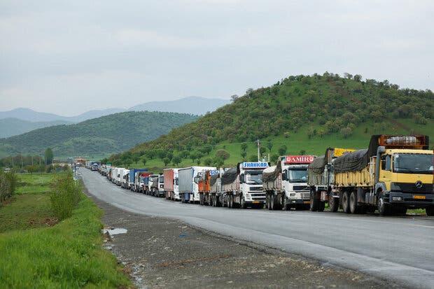 شاحنات أرمينية وإيرانية على الطريق الواصل بين البلدين